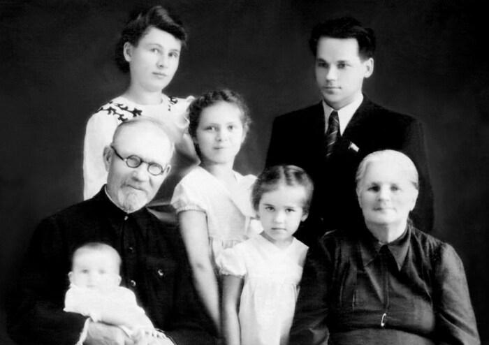 Семья М. Т. Калашникова : супруга Екатерина Викторовна, дочери, мать и отчим. 1953–1954. / Фото: www.izdania.unatlib.ru