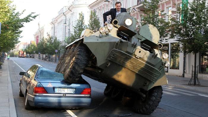 Мэр Вильнюса использовал танк, чтобы раздавить автомобиль. / Фото: www.channel4.com