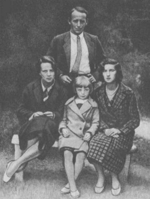 Евгений Шварц с женой Екатериной (первая слева) в доме отдыха. / Фото: www.biography.wikireading.ru