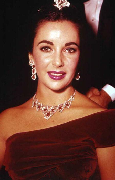 Элизабет Тейлор в рубиновой полупарюре Cartier. / Фото: www.mega-bitva.ru