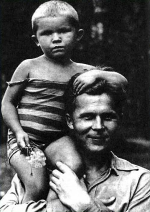 Александр Твардовский с дочкой Валей. / Фото: www.900igr.net