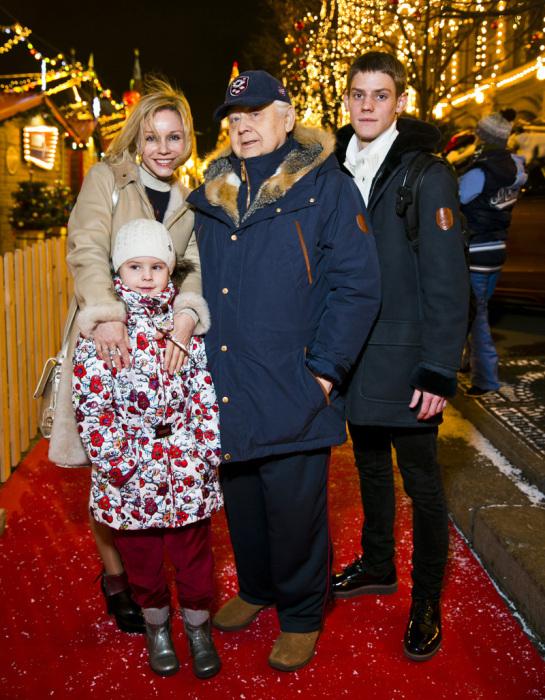 Марина Зудина и Олег Табаков с детьми. / Фото: www.obozrevatel.com