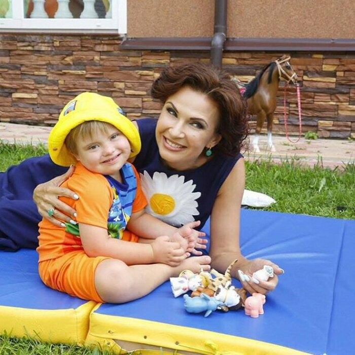 Эвелина Бледанс с сыном. / Фото: www.tu-baginya.ru