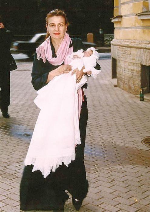Анастасия Мельникова с новорожденной дочерью. / Фото: www.kinopobeda.com