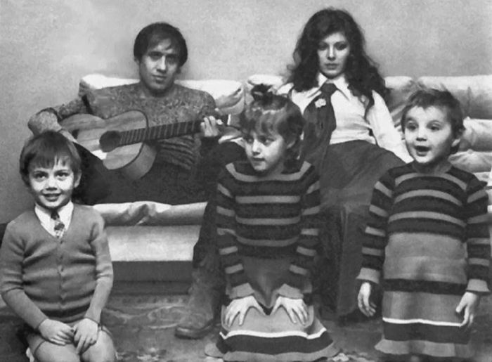 Адриано Челентано и Клаудия Мори с Розитой, Джакомо и Розалиндой. / Фото: www.yandex.net