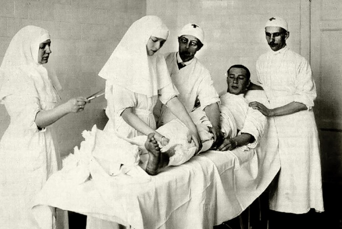 Татьяна Николаевна делает перевязку Дмитрию Маламе в Царско-Сельском лазарете, осень 1914 г. / Фото: www.livejournal.com