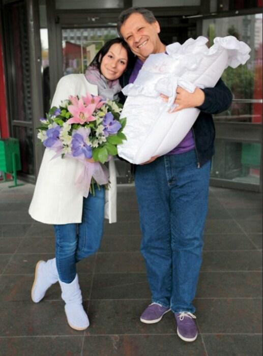 Борис и Анна Грачевские с новорождённой Василисой. / Фото: www.7days.ru
