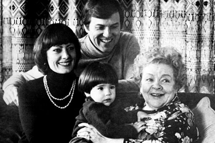 Виктория Фёдорова с мужем, сыном и мамой. / Фото: www.yandex.net