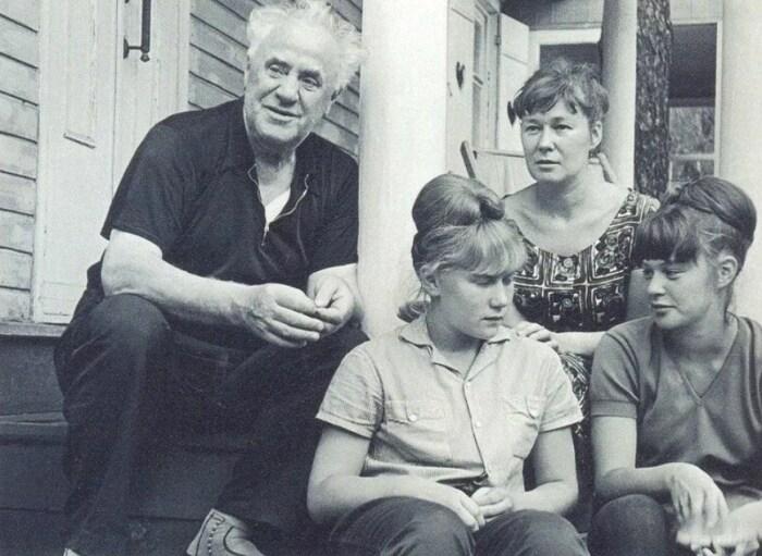 Михаил Жаров с женой и дочерьми. / Фото: www.yandex.net