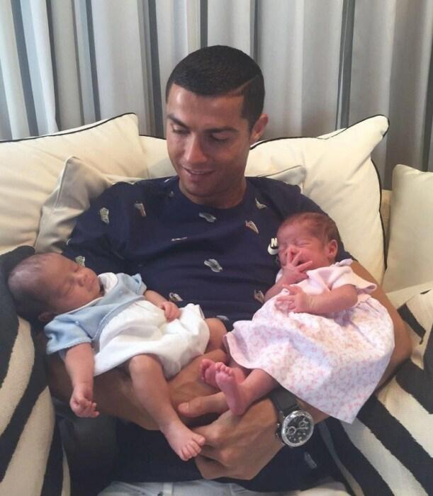 Криштиану Роналду с близнецами Евой и Матео. / Фото: www.tsn.ua