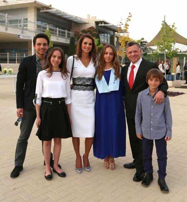 Король Иордании Абдалла II и королева Рания с детьми. / Фото: www.hiamag.com