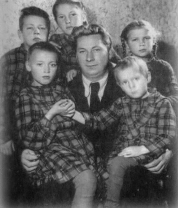 Василий Меркурьев с родными и приёмными детьми. / Фото: www.russia.tv