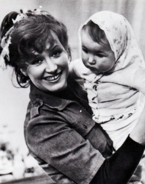 Алла Пугачёва с маленькой Кристиной. / Фото: www.zrivately.ru