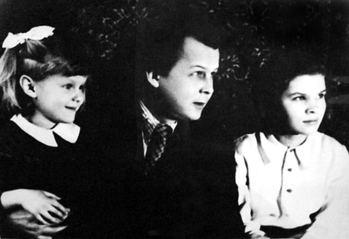 Александр Твардовский с дочерями Валентиной и Ольгой. / Фото: www.bulvar.com.ua