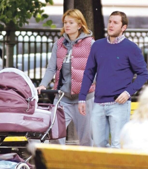 Надежда Михалкова и Резо Гигинеишвили на прогулке с ребенком. / Фото: www.tvcenter.ru