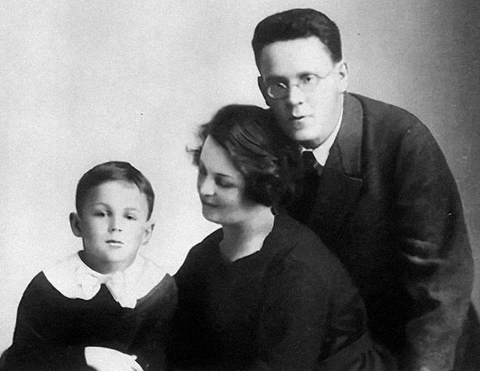 Самуил Маршак и София Мильвидская с сыном Иммануэлем. / Фото: www.s-marshak.ru