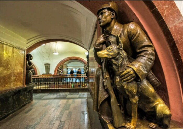 Бронзовая скульптура на станции метро «Площадь Революции». / Фото: www.yandex.net