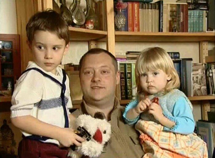 Аркадий Высоцкий с детьми. / Фото: www.fotocdn.net