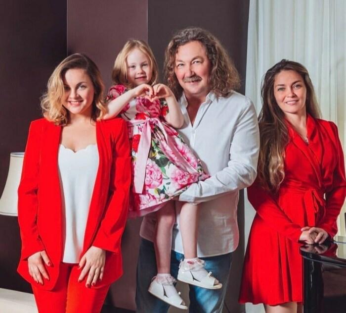 Игорь Николаев с женой и дочерьми. / Фото: www.instagram.com