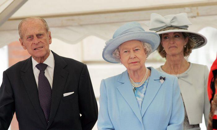 Принц Филипп, Елизавета II и Пенелопа Нэтчбулл. / Фото: www.hellomagazine.com