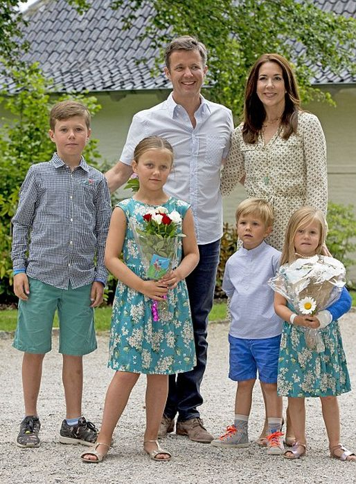 Принц Кристиан, принцесса Изабелла, принц и принцесса Винсент и Йозефина с родителями. / Фото: www.celebrityrave.com