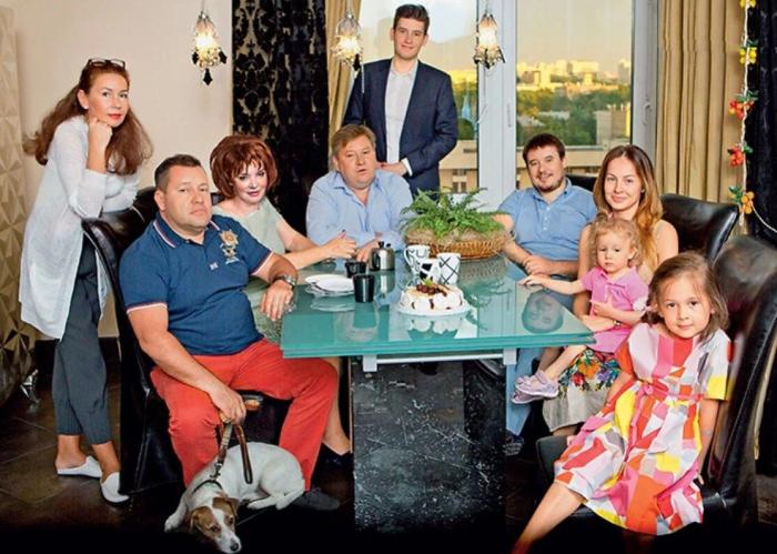 Антон Весник (сидит слева) и Евгений Весник (в центре) со своими семьями. / Фото: www.7days.ru