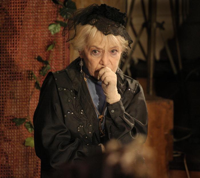 Римма Быкова в спектакле «Приглашение в замок». / Фото: www.spheratheatre.ru