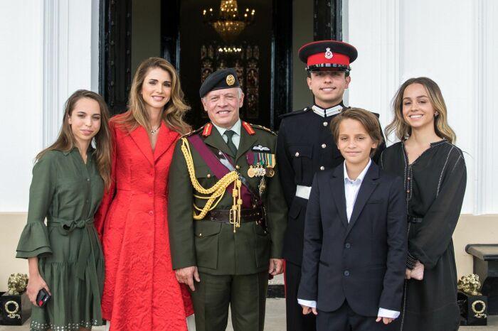 Король Иордании Абдалла II и королева Рания с детьми. / Фото: www.twimg.com