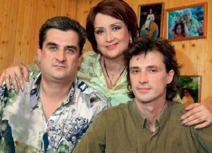 Зинаида Кириенко с сыновьями. / Фото: www.dobrocom.info