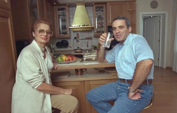 Гарри Каспаров с мамой. / Фото: www.yandex.net