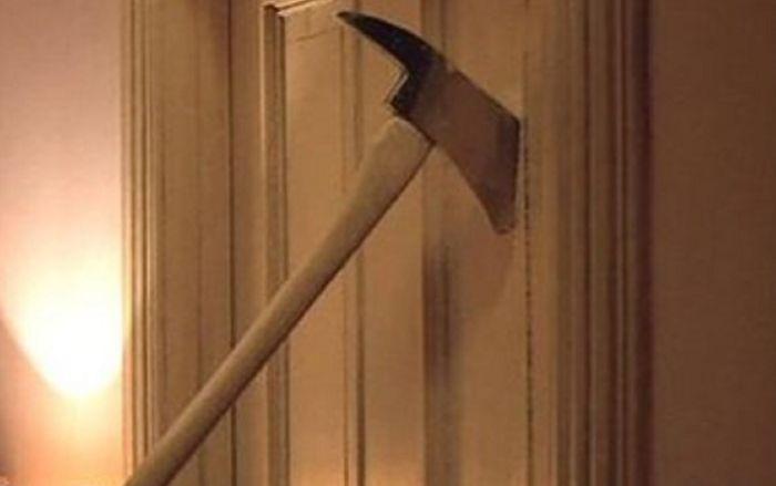 Тот самый топор из фильма «Сияние». / Фото: www.astrakhanfm.ru