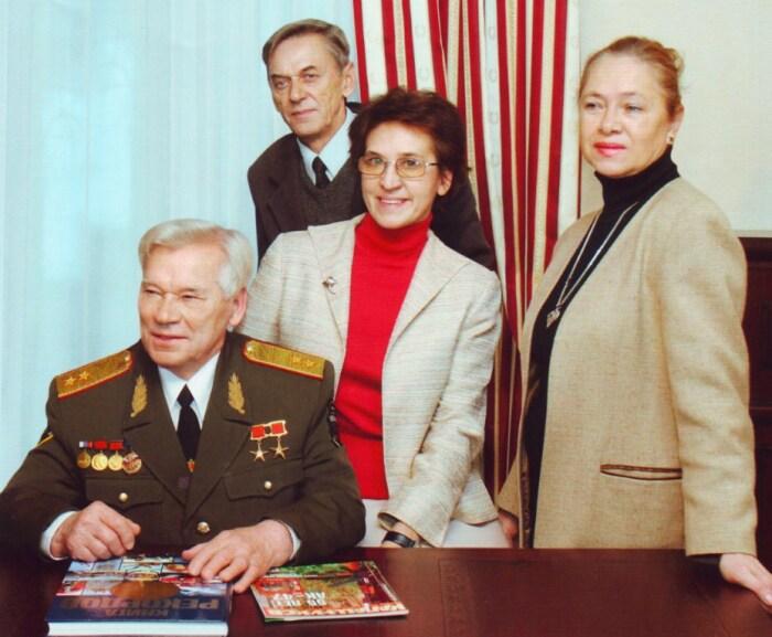 Михаил Калашников с детьми Виктором, Еленой, Нэлли. 2004. / Фото: www.izdania.unatlib.ru