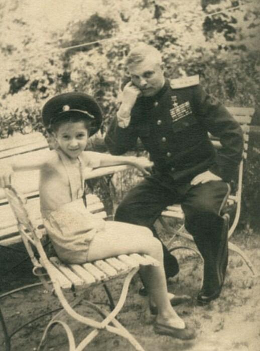 Василий Казаков с приёмной дочерью Наташей. / Фото: www.marshalkazakov.ru