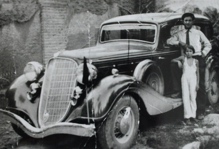 Джаарбеков Ашот Николаевич в посольстве СССР в Тегеране, 1930-е годы (у своего автомобиля, с дочерью сотрудницы посольства)