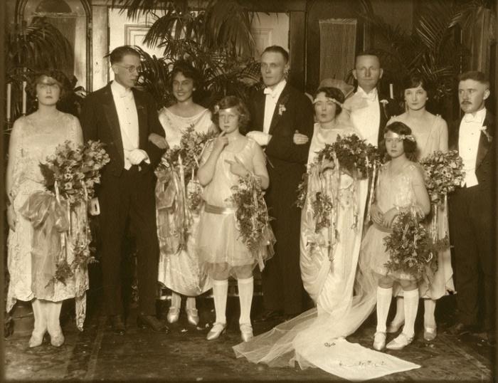 Свадьба Маргарет Митчелл (шестая слева) и Берриена Киннарда Апшоу (в центре), шафер Джон Марш (второй слева) / Фото: www.georgiaencyclopedia.org