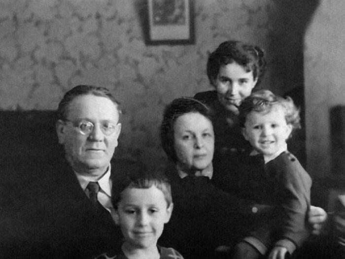 Самуил Маршак и София Мильвидская с невесткой Марией и внуками Яшей и Сашей. / Фото: www.mel.fm