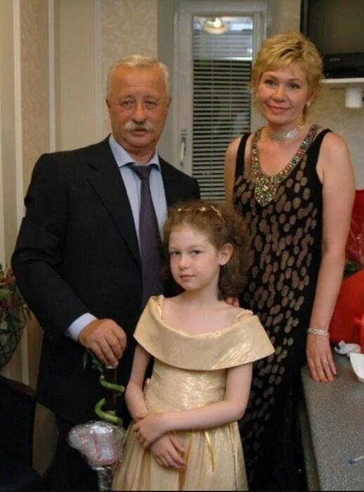 Леонид Якубович с женой и дочерью. / Фото: www.yandex.net