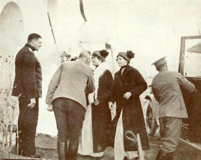 Николай Деменков (слева) встречает княжон у входа в лазарет. / Фото: www.livejournal.com