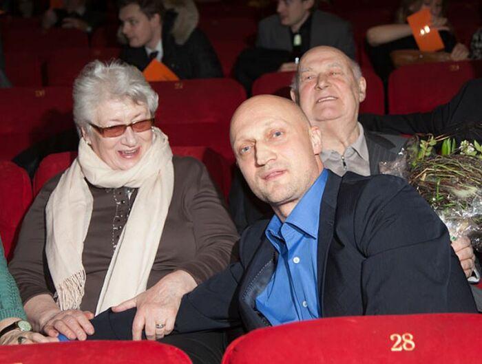 Гоша Куценко с родителями. / Фото: www.kino-teatr.ru