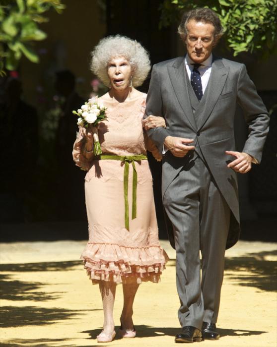Каэтана Альба и Альфонсо Диез Карабантес в день бракосочетания. / Фото: www.celebitchy.com