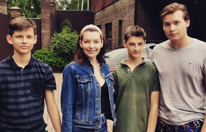 Наталия Антонова с сыновьями. / Фото: www.undelete.news