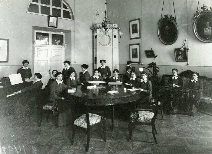 Воспитанницы Смольного института в гостиной за вышиванием и чтением. / Фото: www.photochronograph.ru
