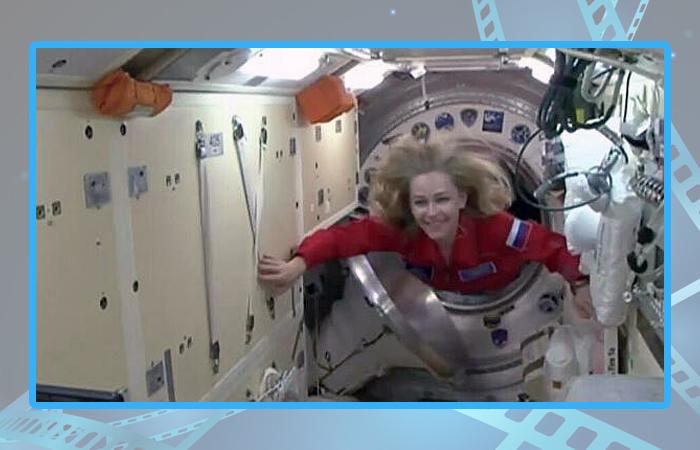 Юлия Пересильд во время перехода с корабля «Союз МС-19» на Международную космическую станцию.