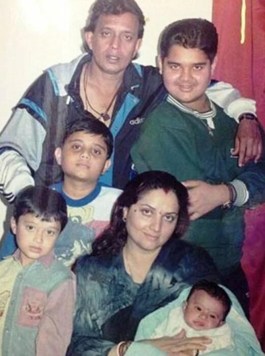 Митхун Чакраборти и Йогита Бали с сыновьями и крошкой Дишани. / Фото: www.starsunfolded.com