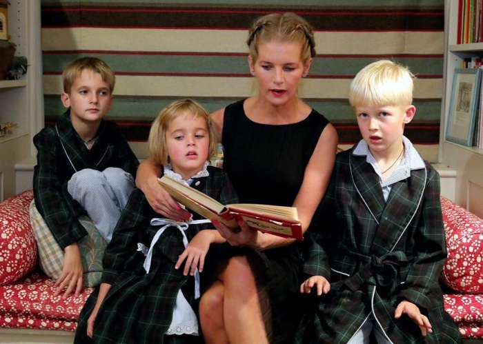 Александра Толстая с детьми. / Фото: www.fotkaew.ru