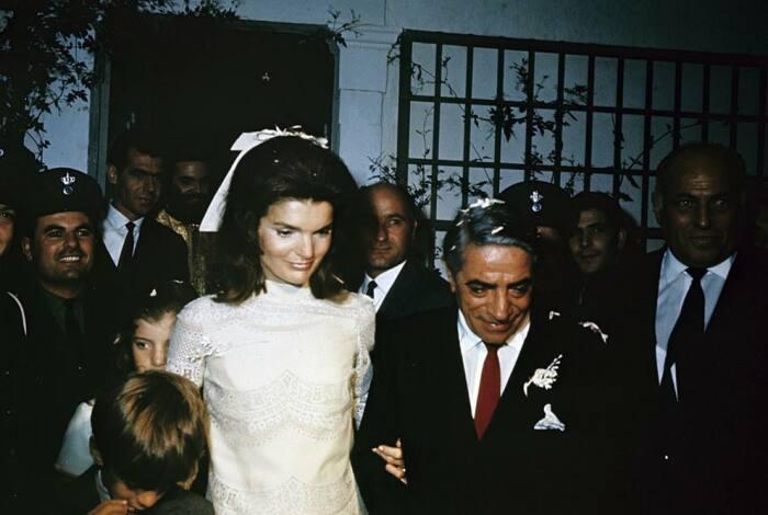Аристотель Онассис и Жаклин Кеннеди в день свадьбы.  / Фото: www.postila.ru