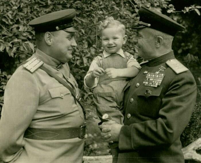 Василий Казаков с сыновьями Виктором и Сашей. / Фото: www.marshalkazakov.ru