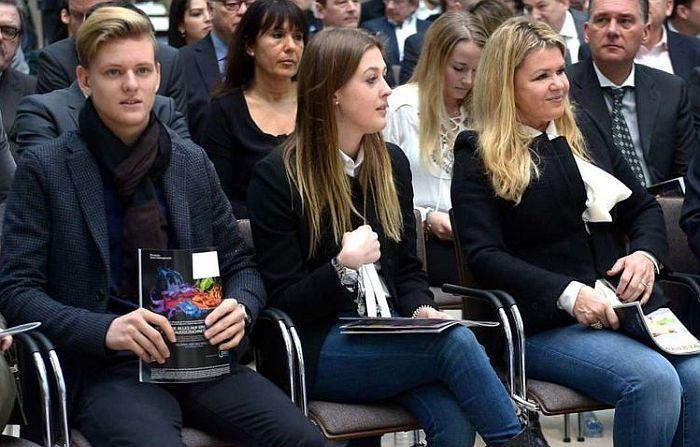 Коринна Шумахер с детьми. / Фото: www.autosport.com.ru