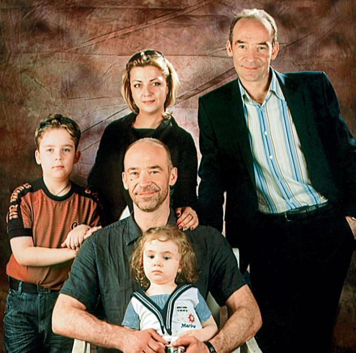 Юрий Торсуев с братом, женой и детьми. / Фото: www.7days.ru