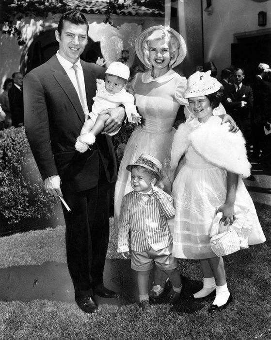Джейн Мэнсфилд и Микки Харгитей с детьми. / Фото: www.pinimg.com